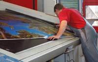 Проверка отпечатанного на R205 гигантского листа на предприятии Ellerhold в Германии