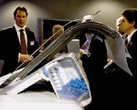 Прозрачные картриджи, изготовленные по технологии CrystalPoint, заполнены вместо чернил твердыми цветными гранулами; за это вСМИ уже прозвали принтер «шариковым»