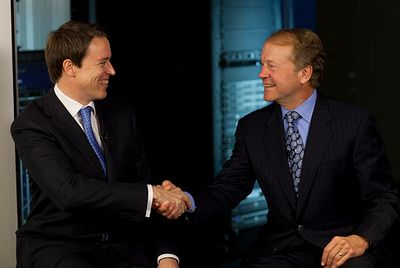 Глава Cisco Джон Чемберс (справа) приглашает генерального директора Tandberg Фредрика Халворсена к совместной работе