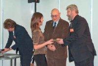 Награду одному из победителей конкурса вручают председатель правления ассоциации