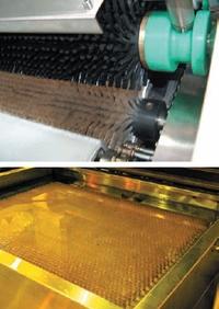 В модульных вымывных секциях пластина обрабатывается подвижными щётками (сверху), в комбинированных щётки неподвижны, двигается стол с пластиной (снизу)