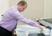 А. Юдин знает: если не разгладить все морщинки на ткани, есть риск некачественной печати и повреждения печатающих головок