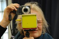 Исследователи пытаются обойти все оптические нарушения зрения и обеспечить попадание на сетчатку достаточно яркого и контрастного изображения