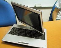 От нетбуков других производителей Gigabyte M912 имеет одно принципиальное отличие. Его сенсорный дисплей сдиагональю 8,9 дюйма можно повернуть на 180?, продемонстрировав изображение на экране другим людям, или сложить, превратив портативный компьютер впланшетный