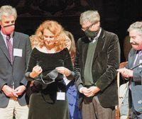 Доктор Елена Боднар, получившая премию Public Health за изобретение бюстгальтера, который мгновенно превращается в два противогаза, продемонстрировала свое изобретение на себе и на нескольких Нобелевских лауреатах — Вольфганге Кеттерле (слева), Орхане Памуке и Поле Кругмане (справа)