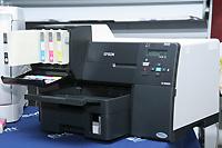 При установленном картридже сверхвысокой емкости внешний вид принтера Epson B-500DN несколько страдает