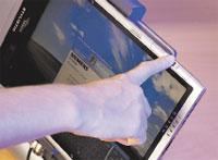 Рисунок 2. Сканер, расположенный на верхнем торце экрана ноутбука, практически незаметен.