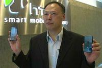 Питер Чоу, генеральный директор HTC, демонстрирует смартфоны Touch Diamond и Touch Pro