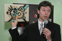 Михаил Сидоренко демонстрирует ноутбук HP Artist Edition, оформленный в стиле MTV