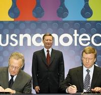 Президент РАН Юрий Осипов и глава корпорации «Роснано» Анатолий Чубайс подписывают договор о сотрудничестве