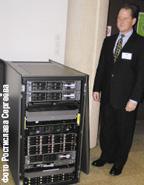 Системы хранения становятся все доступнее. Кайл Фитце, директор по маркетингу сетей хранения данных HP StorageWorks, представляет новый дисковый массив EVA4400 в европейской штаб-квартире HP (София-Антиполис, Франция) .