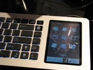 На случай, если большого экрана под рукой не окажется, клавиатура Eee Keyboard снабжена собственным экраном с диагональю 5 дюймов, который располагается в правой части устройства