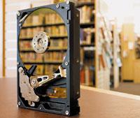 Создана технология хранения, которая могла бы сочетать всебе размер, скорость инадежность транзисторных устройств семкостью традиционного жесткого диска, но без вращающихся дисководов. Однако не спешите продавать свои акции Seagate— подобные системы хранения появятся еще очень не скоро