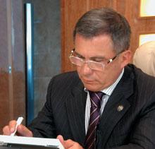 Премьер-министр Республики Татарстан Рустам Минниханов просматривает документы в «мобильном офисе»