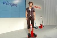 Человек среднего веса может проехать на персональном транспортном роботе Toyota Winglet до 10 км со скоростью около 6 км/ч
