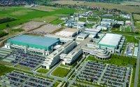 Фабрика Fab36 была с большой помпой открыта в осенью 2005 года; в нее, как и в другие подразделения научно-производственного комплекса в Дрездене, AMD вкладывала миллиарды долларов с середины 90-х