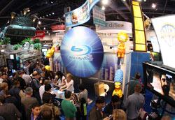 Симпсоны и другие популярные киногерои агитировали со стенда Warner за формат Blu-ray Disc