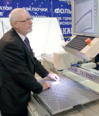 Основатель компании Insight Graphic Systems и разработчик координатора клише Десмонд О'Киф лично демонстрировал оборудование