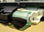 Ролик подачи бумаги из особого пластика с лазерной гравировкой, а не из резины. Это повышает надёжность подачи