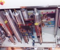 Разглаживающие тонкое полотно транспортные валики со спиральной насечкой — обязательный компонент каждой печатной секции (на примере машины Kohli Kronos)