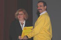 Борис Нуралиев награждает Ирину Квятковскую - руководителя проекта, победившего в конкурсе дипломных работ
