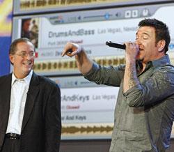 Продемонстрировать выгоды персонализации Internet Полу Отеллини помогал солист Smash Mouth Стив Харвелл