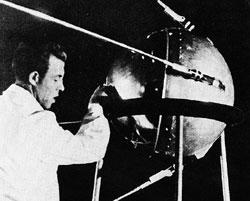 Первый спутник представлял собой заполненный азотом пустотелый шар, собранный из двух полусфер толщиной всего 2 мм, изготовленных из алюминиевого сплава, радиопередатчика мощностью 1 Вт, выдававшего ничего не значащие сигналы длительностью 0,4секунды, антенно-фидерного устройства иблока питания