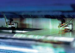 При шитье внакидку по центру тетрадей с плотным красочным покрытием проклеивайте корешок, чтобы бумага вокруг проколов не растрескивалась и центральные страницы не вылетали. Источник: Planatol