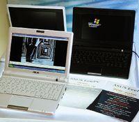 EeePC 900 легко отличить по увеличенному экрану иналичию Web-камеры