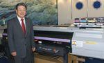 Президент Mimaki Engineering Акира Икеда с удовольствием позировал на фоне российского бестселлера JF-1631