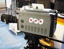 NHK пока не берется прогнозировать, когда начнется вещание вформате SHV. Однако свнедрением формата высокой четкости эта компания не медлила. Регулярное вещание вформате HDTV она начала всередине 90‑х годов, используя аналоговую систему, разработанную втех же лабораториях, что иSHV. Апрототип той системы был впервые показан публике в1969году. После начала вещания вцифровом формате HDTV в2000году аналоговая система прекратила работу