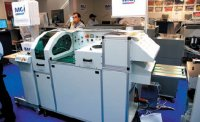 Специализация MGI — печать по пластикам, поэтому система УФ-лакирования адаптирована под широчайший спектр материалов, включая нанесения лака на пластик для последующего спекания в термопрессе