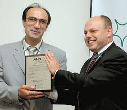 Александр Беленький (справа) иАбулферз Абачев: юбилейная «доска» AMD является традиционным символом корпоративного сотрудничества идружбы