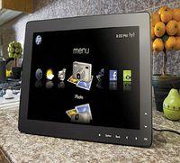 Экран DreamScreen, подвешенный на стену или установленный на тумбе в гостиной либо на кухне, смотрится значительно элегантнее большинства современных ПК
