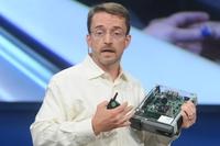 Патрик Гелсингер демонстрирует информационно-развлекательные системы автомобиля, созданного совместно с BMW