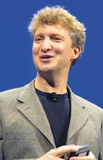 Реорганизация, как заявляют вSun, является «признанием всепроникающей роли программного обеспечения встратегии роста компании». Между тем, компанию покидает Ричард Грин, «движущая сила развития стратегии Sun вобласти ПО»