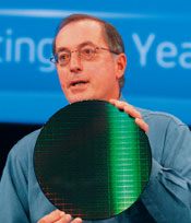 Пол Отеллини демонстрирует первую вмире 300-миллиметровую пластину, созданную сиспользованием 32-нм технологического процесса.