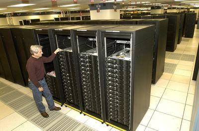 Какими бы поразительными ни казались суперкомпьютерные системы, они остаются — на своем уровне — примитивными. Существующие сейчас архитектуры требуют слишком много энергии, места и денег