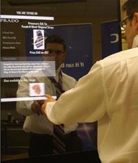 С помощью EPCmagic Mirror покупатели прямо во время примерки могут узнать информацию о товаре – цену, наличие в магазине других размеров, цветов - или посмотреть, какие аксессуары лучше всего подходят к одежде, которую они примеряют