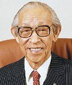 Когда Коносукэ Мацусита создавал свое предприятие по производству переходников для подключения кпатронам электрических лампочек, вчисле первых работников оказался его сводный брат Тосио Иуэ, который в1947 году основал Sanyo Electric