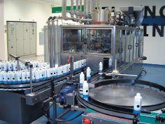 Красочные ёмкости на заводе в Кирьят Гате заполняются на полностью автоматизированном конвейере