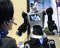 Робот E3 разработки компании Roboware, напоминающий космонавта в скафандре, предназначен как для развлечения, так и для обучения.
