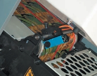 Устанавливаемый перед каждой печатной секцией оптический датчик фиксирует текущее положение меток приводки