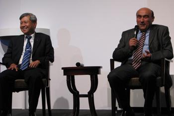 По словам старшего вице-президента Acer Джима Вонга (слева) и президента Джанфранко Лянчи, ноутбуки компании продолжат свое путешествие в мир Linux
