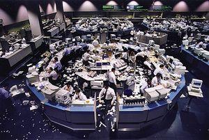 В то время стоимость акций американских Internet-компаний непрерывно росла, но вскоре надутый Nasdaq мыльный пузырь