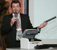 Сергей Лебедев демонстрирует, насколько легок в обслуживании принтер B2200