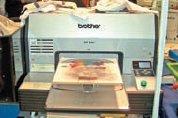 Струйный принтер Brother GT-541 запечатывает хлопковые и смесовые (50% хлопок, 50% полиэстер) ткани