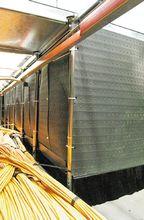 Рисунок 2. Уплотнители состоят из жесткой рамы с двумя рядами взаимонаправленных пластиковых волокон, которые плотно охватывают проходящие через них кабели и препятствуют утечке холодного воздуха.