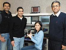 Разработчики новой микросхемы— Ананта Чандракасан (крайний справа) иего студенты— Йогеш Рамадасс, Навин Верма иДжойс Квонг
