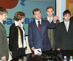 После официальной части Дмитрий Медведев неформально общался со студентами ипреподавателями